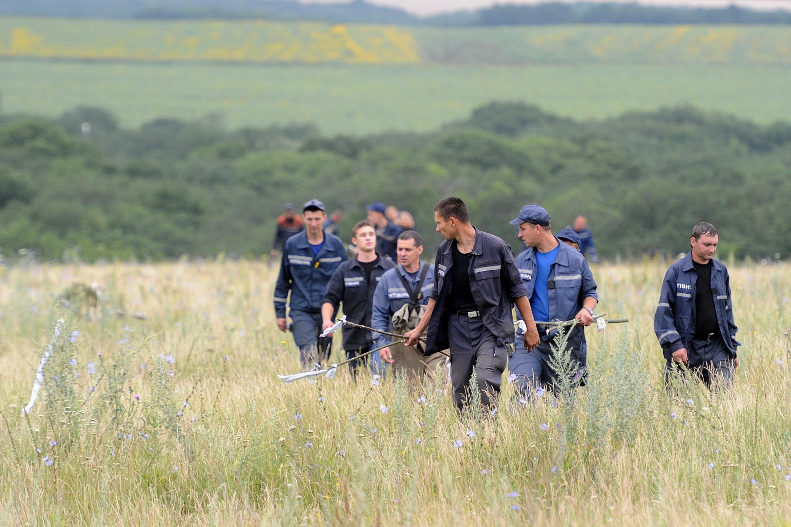 Les secouristes sur place cherchent les corps des victimes, qu'ils marquent d'un piquet surmonté d'un fanion blanc