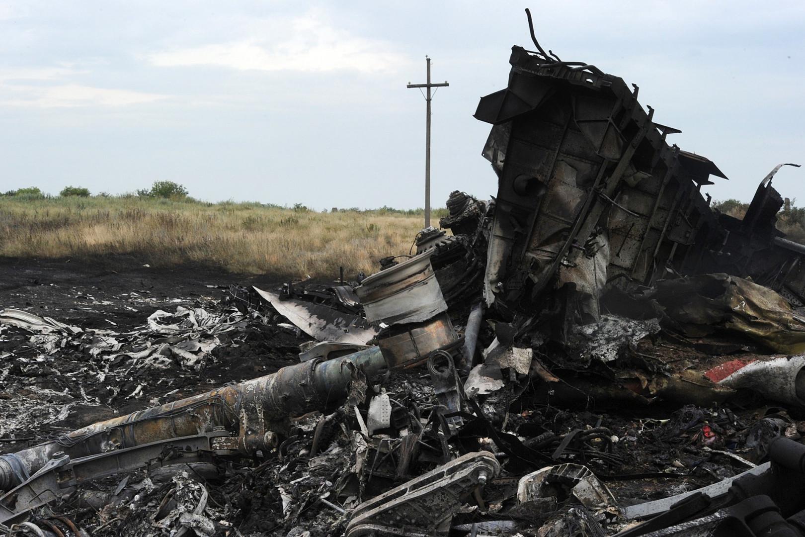 La terre brûlée encore fumante au petit matin témoigne de la violence de l'impact