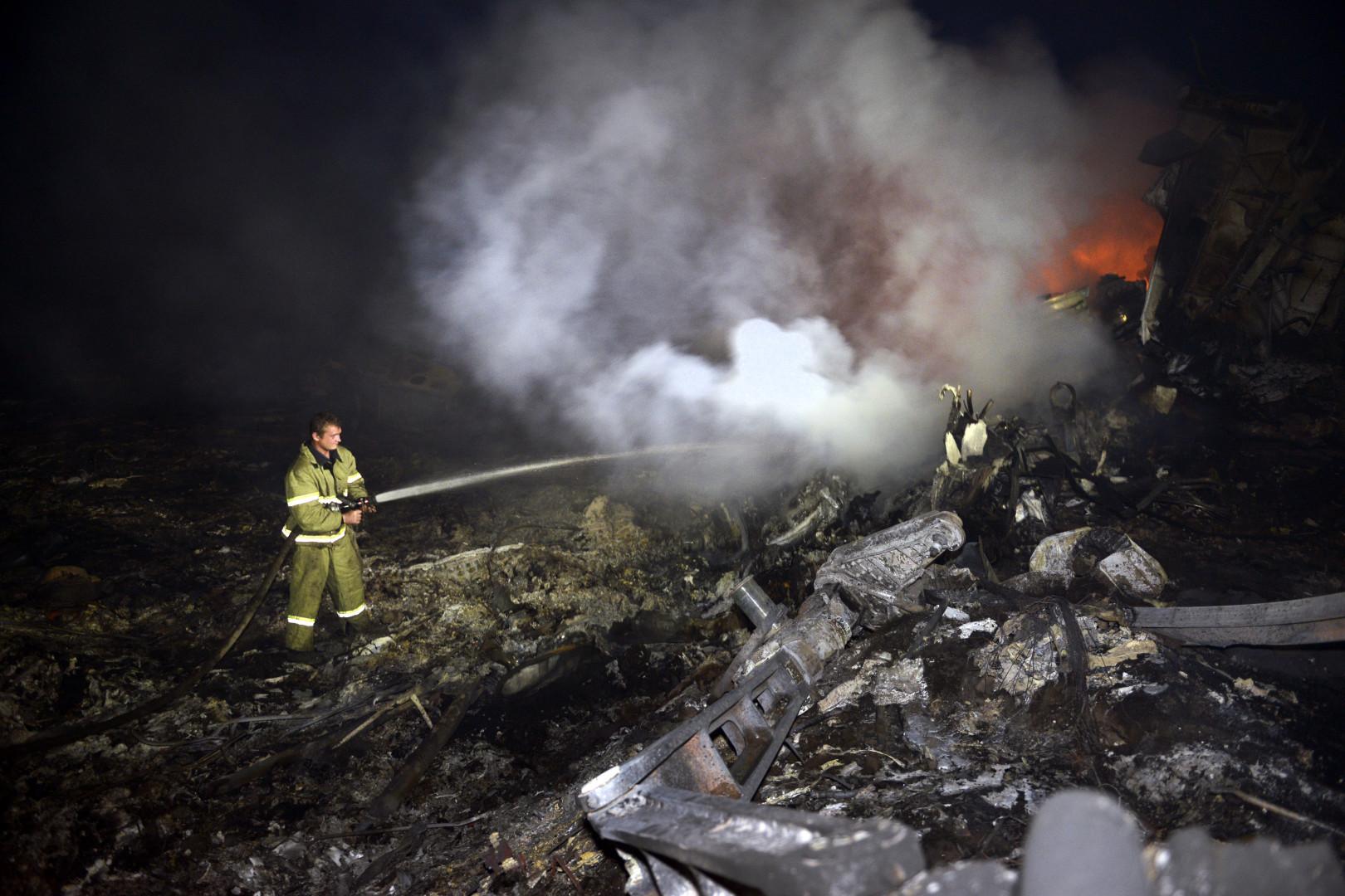 Dans la nuit de jeudi à vendredi, des pompiers éteignaient les flammes qui s'échappaient encore des décombres