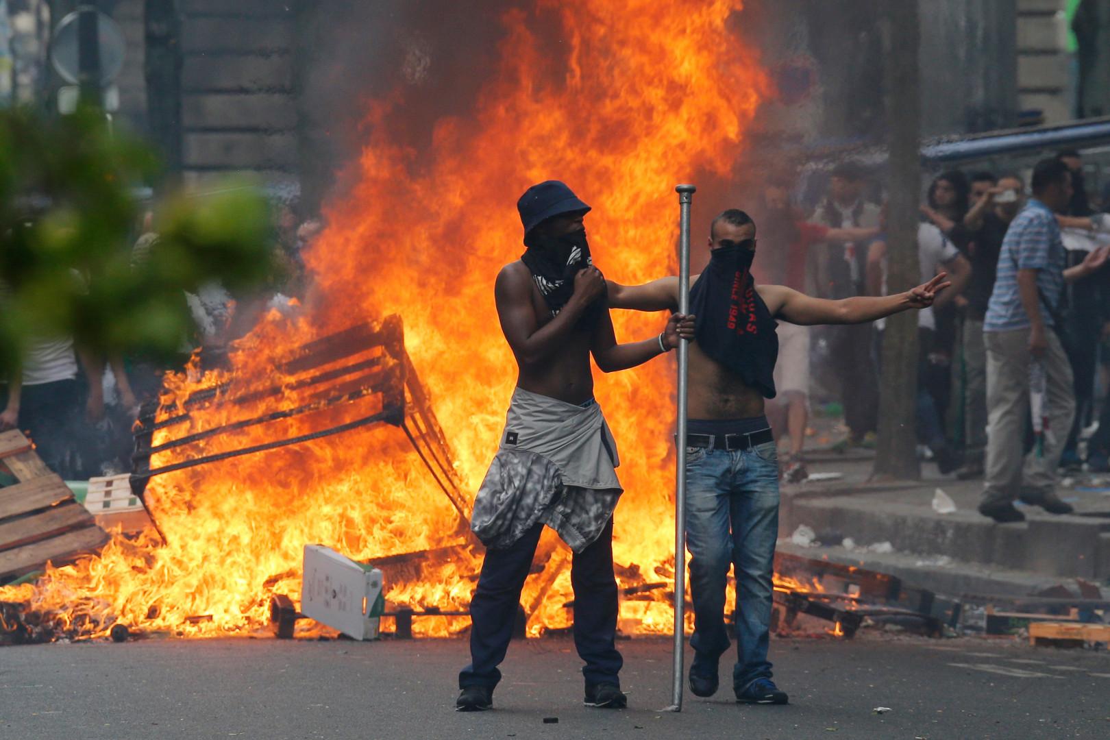 Des manifestants ont mis le feu à des barricades