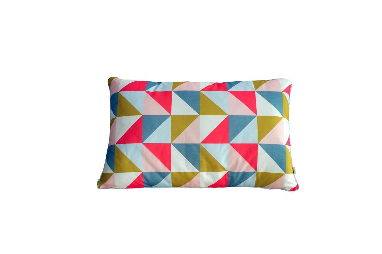 Sur ce coussin, les triangles s'habillent de couleurs. Coussin Scandie triangles, Pöm, Happy Zoé, 45 €