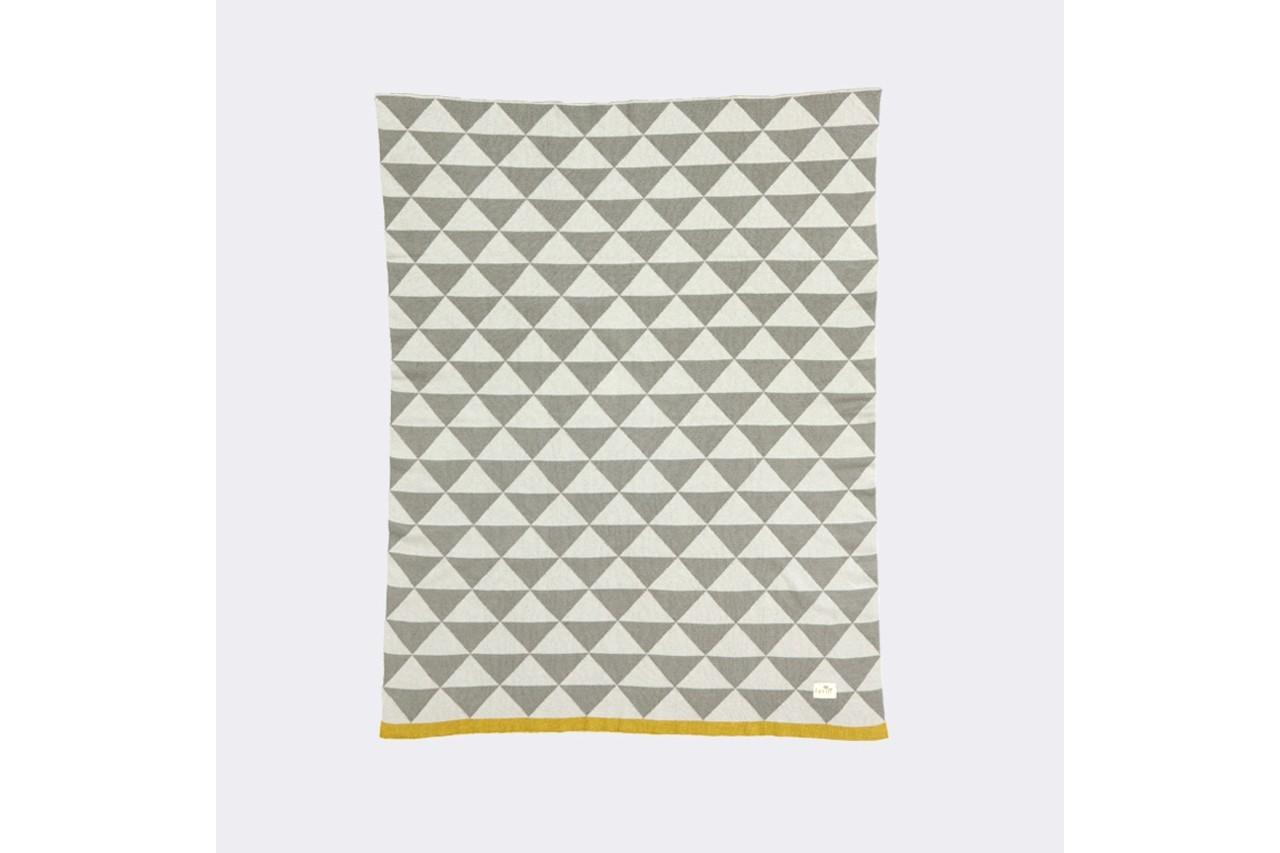 Sur un fauteuil ou dans la chambre d'enfant, cette couverture en coton aura tout bon. Couverture Remix, Ferm Living, 60 €