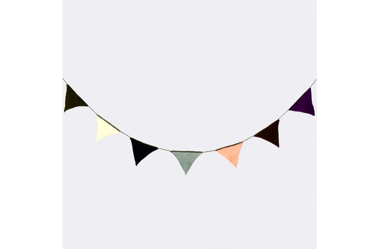 Jouez la carte ludique à fond avec cette guirlande aux fanions triangulaires. Guirlandes, Ferm Living, 27€