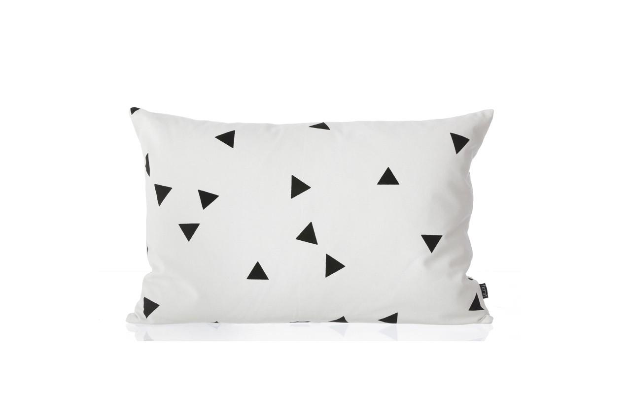 On craque pour ce coussin blanc aux triangles dansant. Coussin Mini Triangle, Ferm Living, Fleux, 54,90 €