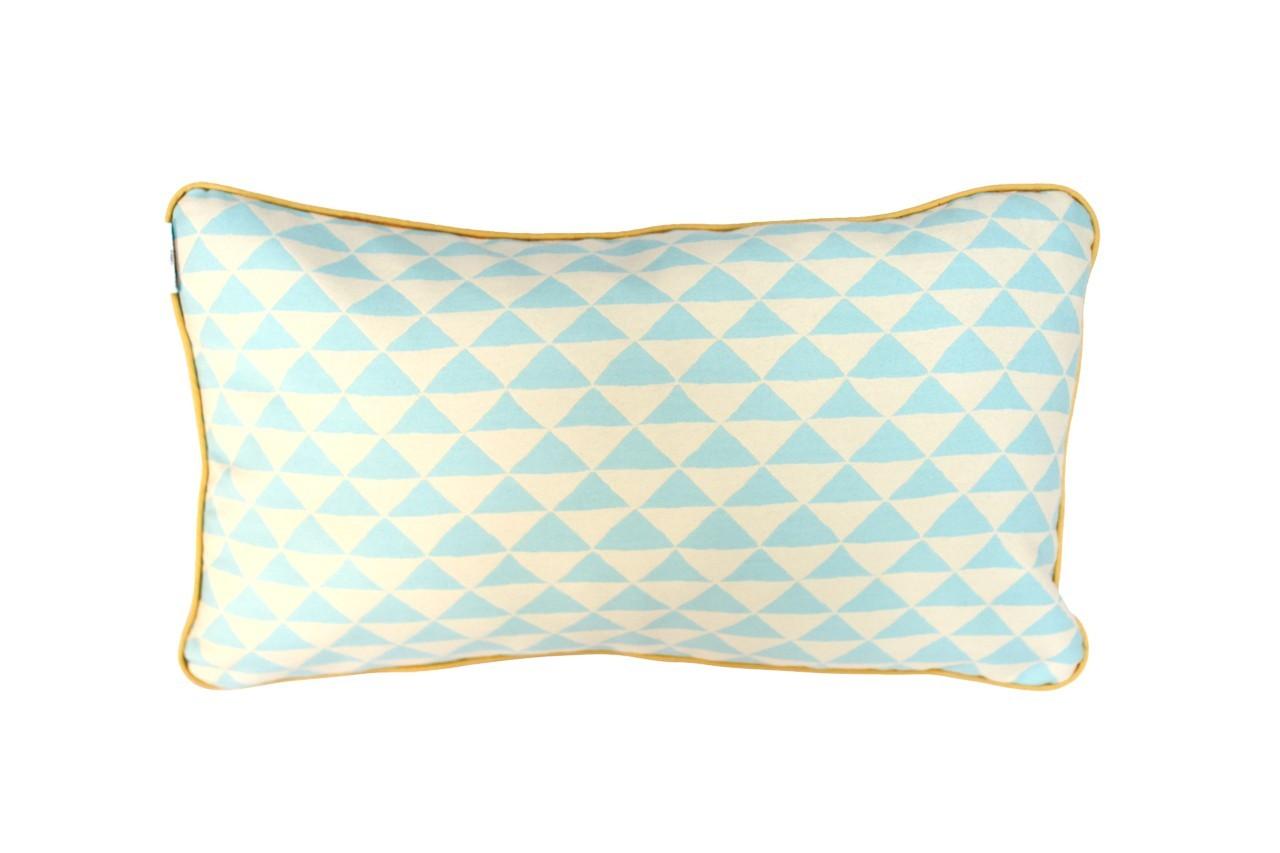 Ce coussin blanc et turquoise, relevé d'un filet jaune, apporte de la fraîcheur. Coussin Brighton, modèle Big boy, Hello Pillow, 91,25 €