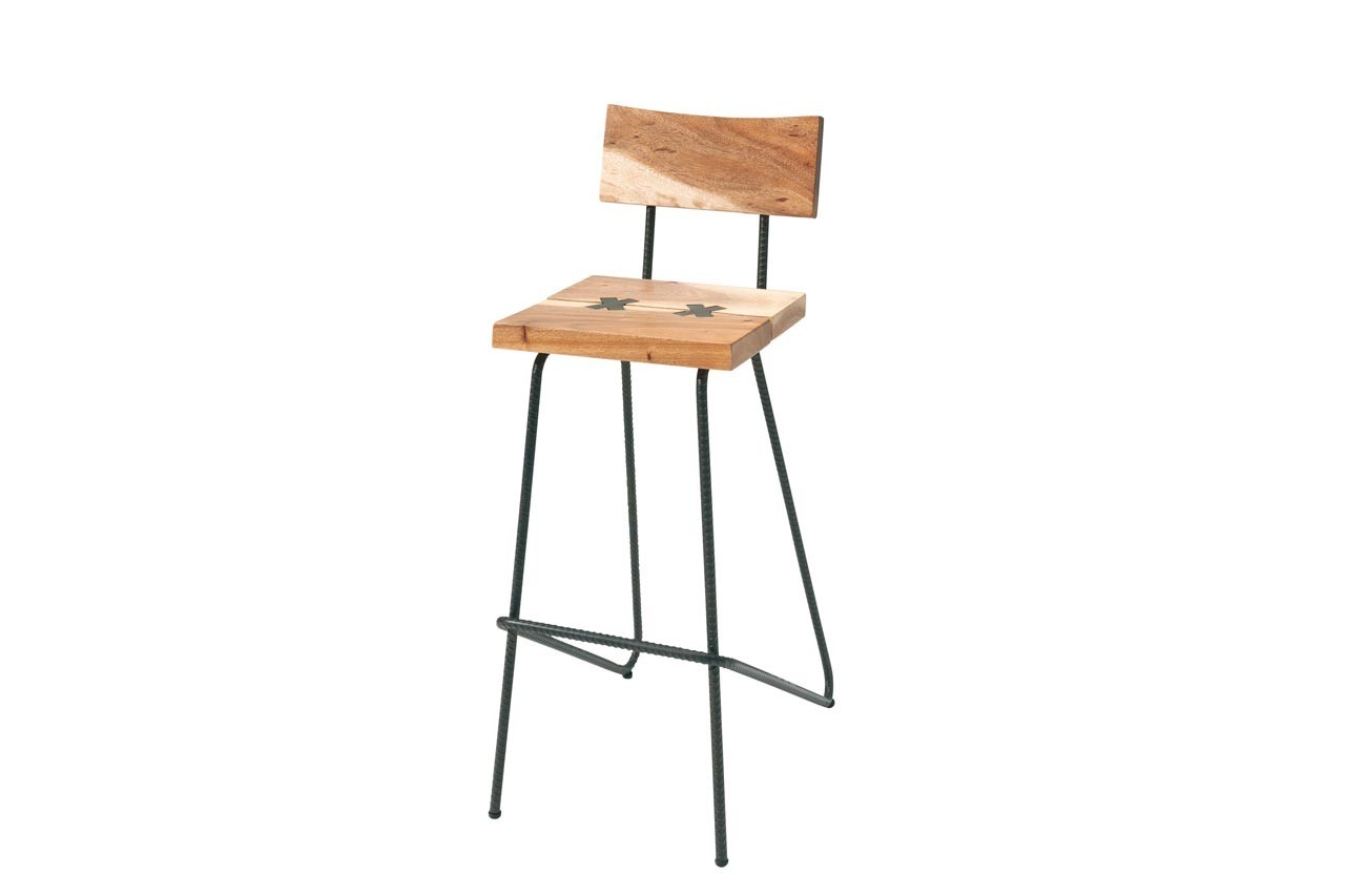 Cette chaise haute allie parfaitement le bois et  le métal. Chaise haute Kupu, Cocktail Scandinave, 149 €