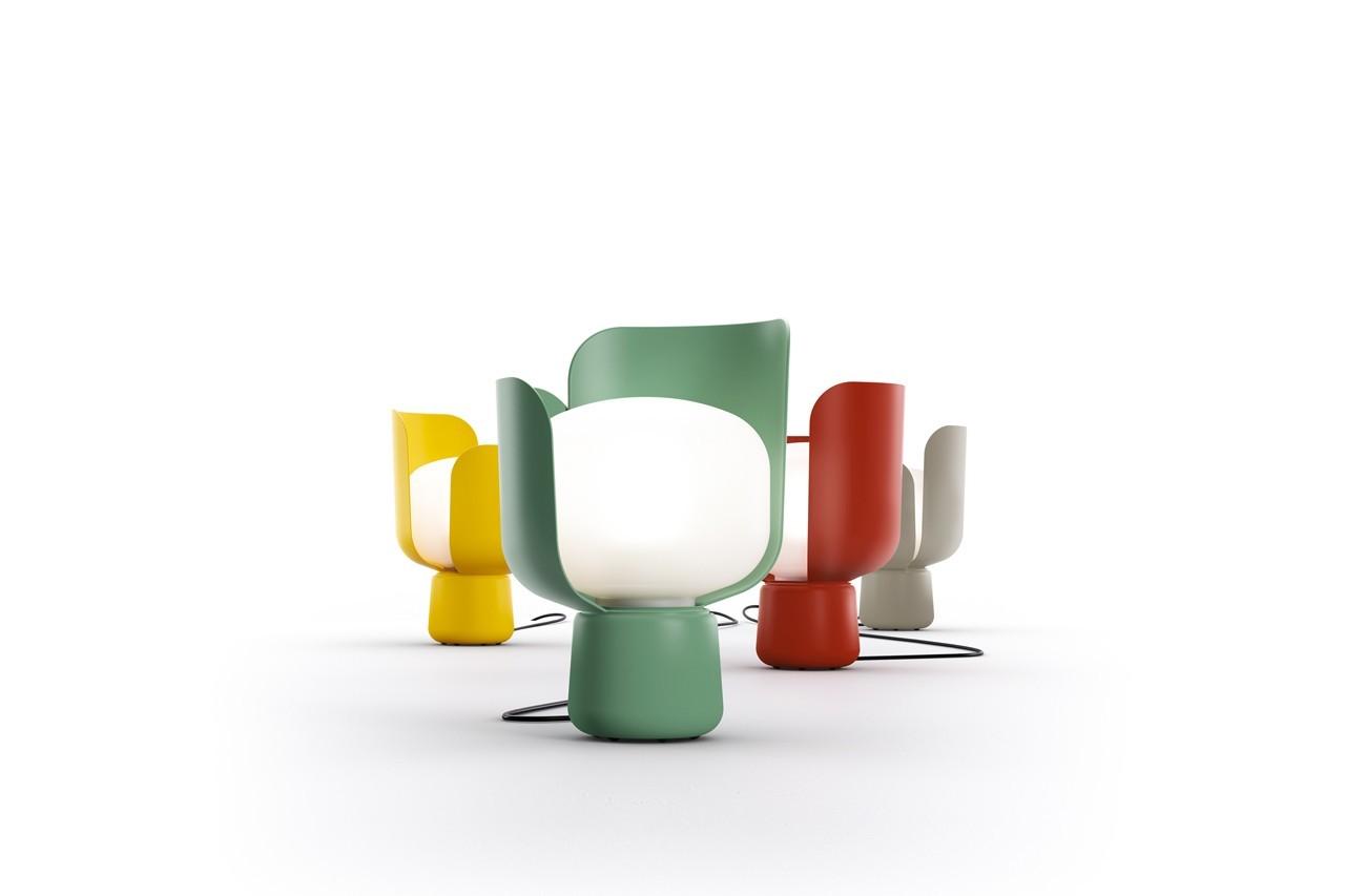 Telle une fleur, le pourtour de cette lampe se découpe comme des pétales. Lampe Blom, Fontana Arte, 150 €