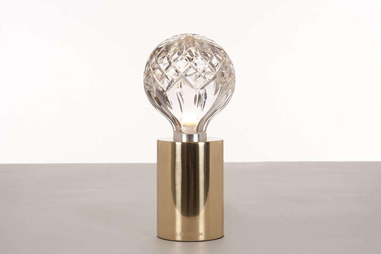 En laiton et cristal cette lampe est un bel objet design. Lampe Frosted Crystal Bulb Table Lamp, Fleux, 259, 90 €