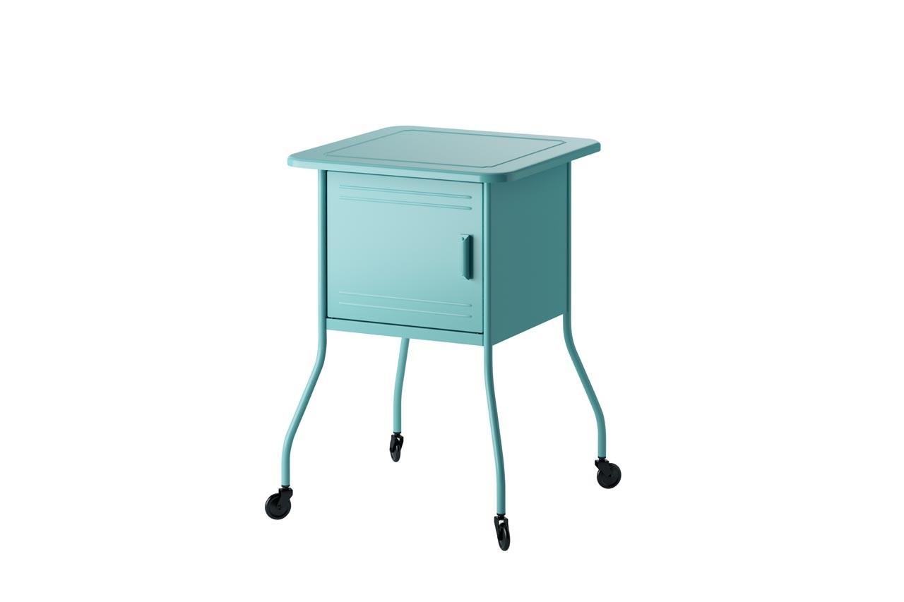 La chambre aussi, se meuble avec du mobilier nomade. Table de chevet Vettre, Ikea, 45 €