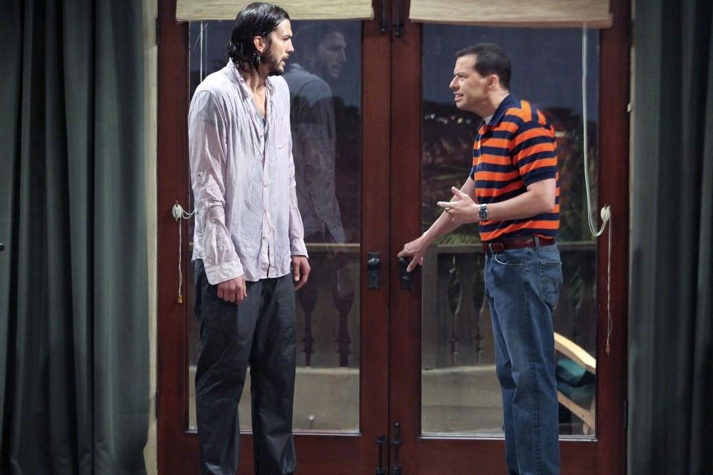 """4. Ashton Kutcher et John Cryer dans """"Mon oncle Charlie"""", 750.000 et 650.000 dollars par épisode"""