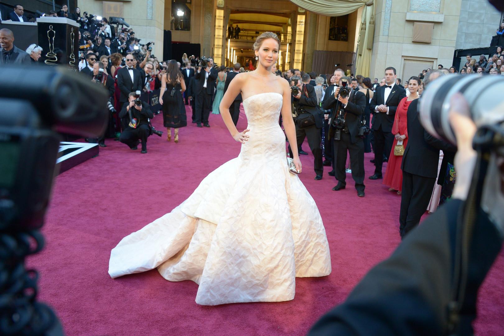 Toujours en Dior, Jennifer Lawrence opte pour une couleur plus pale afin de recevoir son oscar en 2013