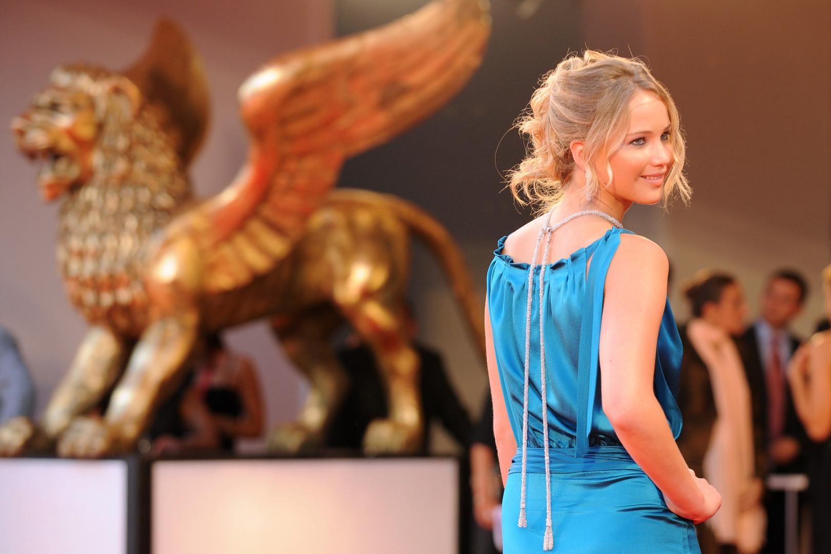 L'actrice n'a pas encore connu le succès mondiale qu'on lui connaît lorsqu'elle défile à cette avant-première en 2008