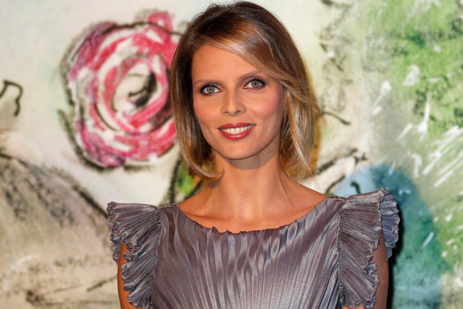 Sylvie Tellier portera la couronne des Miss France en 2002. Elle occupe le poste de directrice générale de la Société Miss France.