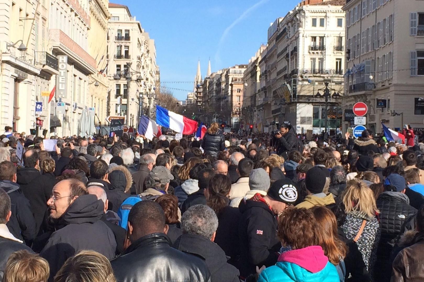 Du monde dans les rues de Marseille en hommage à Charlie Hebdo