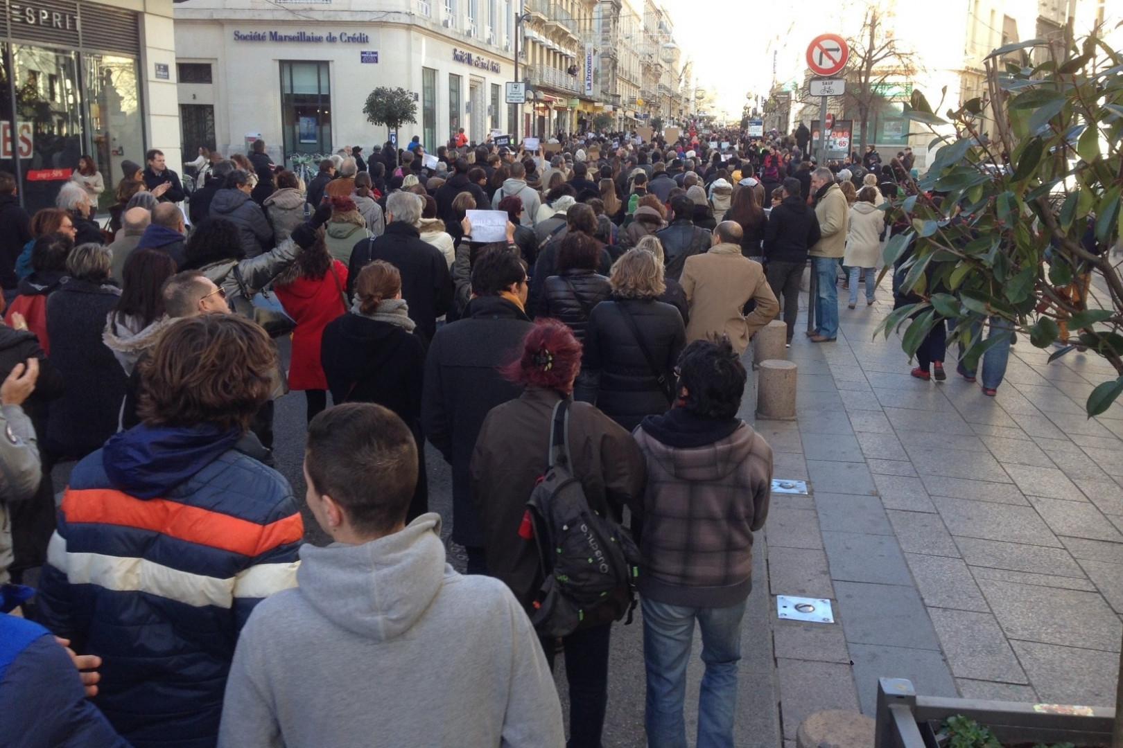 Les Français défilent dans les rues d'Avignon en hommage aux victimes des attentats