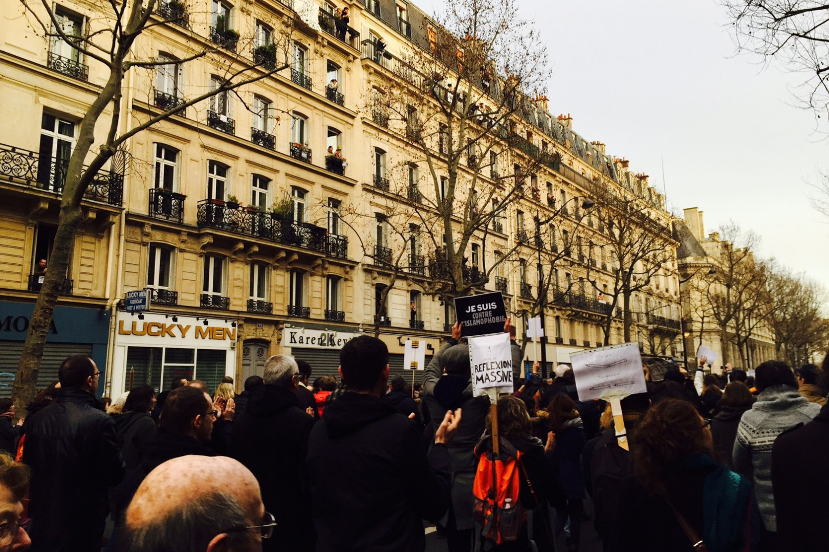 Certains Parisiens observent la marche depuis chez eux