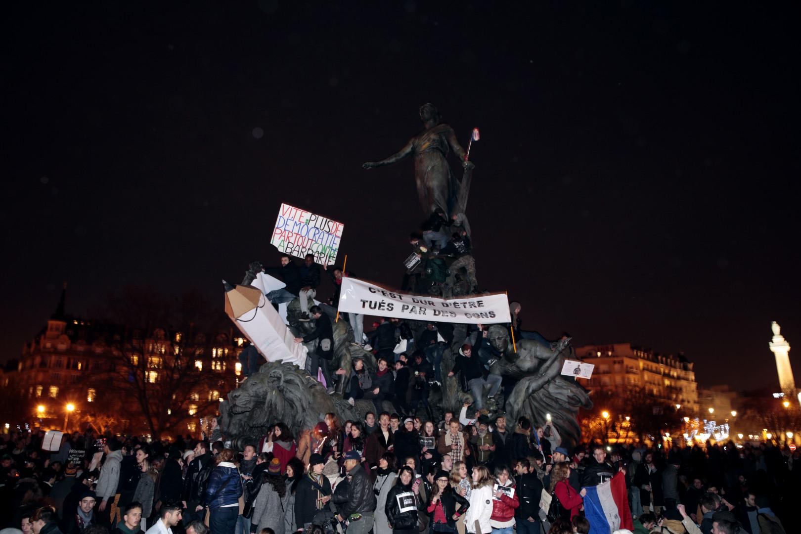 Malgré la tombée de la nuit, certains participants sont restés place de la Nation après la marche républicaine