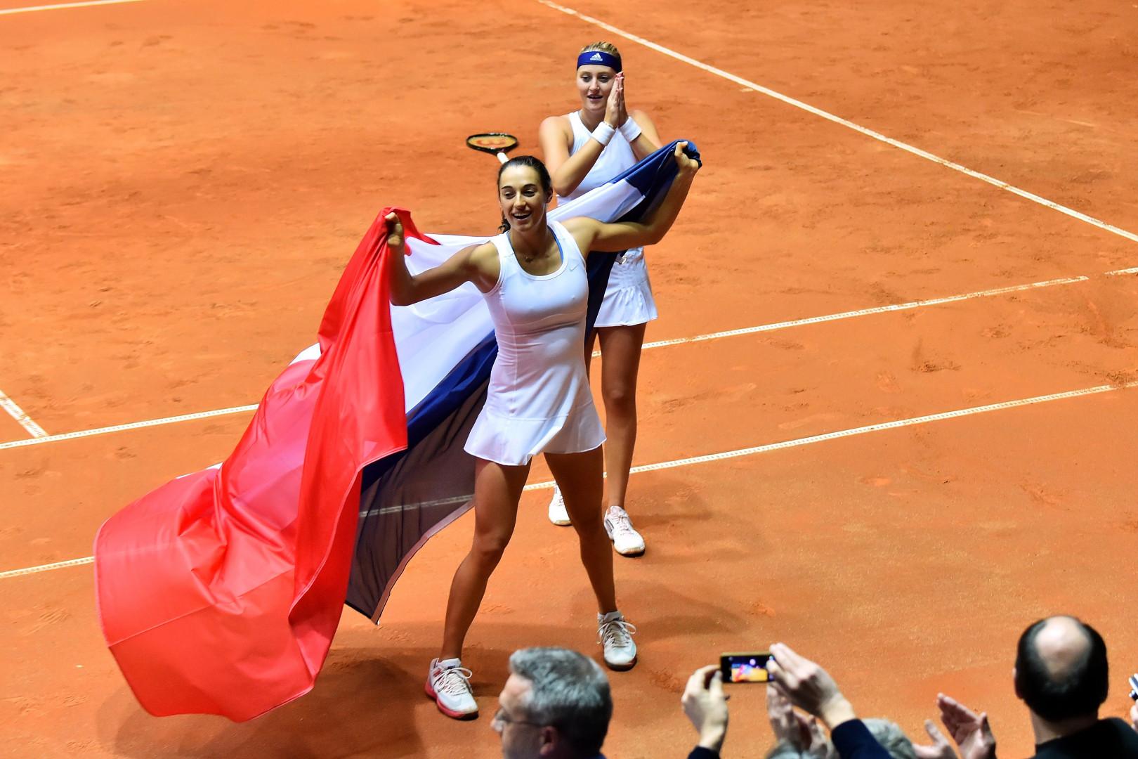 Caroline Garcia et Kristina Mladenovic après leur victoire décisive en double dimanche 8 janvier 2015