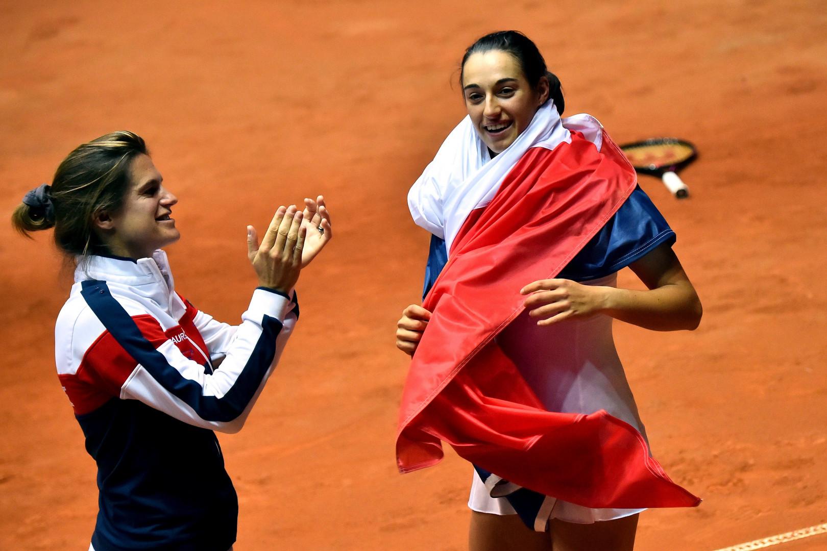 La capitaine de l'équipe de France, Amélie Mauresmo (à gauche), jubile après ce renversement de situation