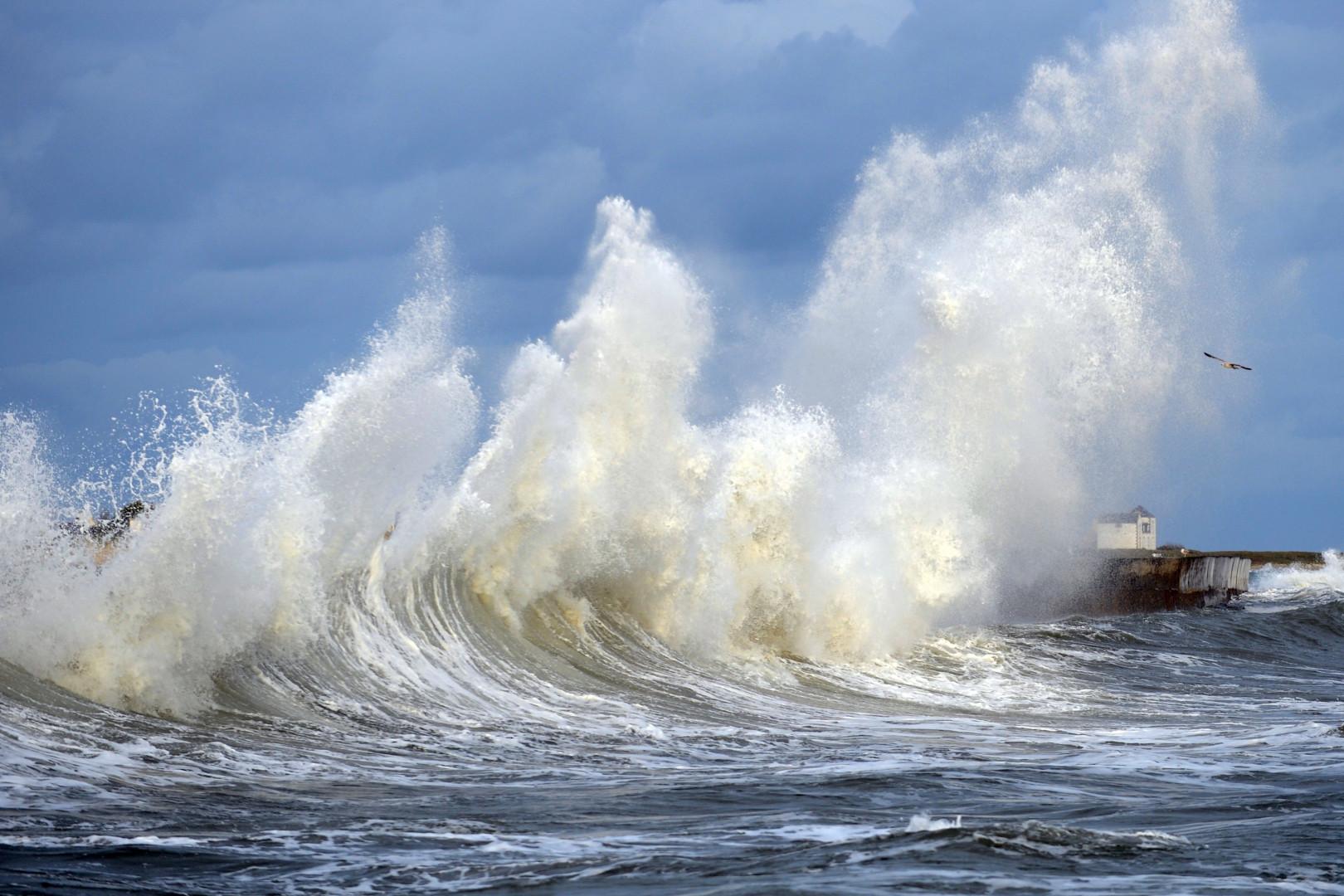 Des hautes vagues dans le port de Lesconil, en Bretagne, le 20 février 2015.