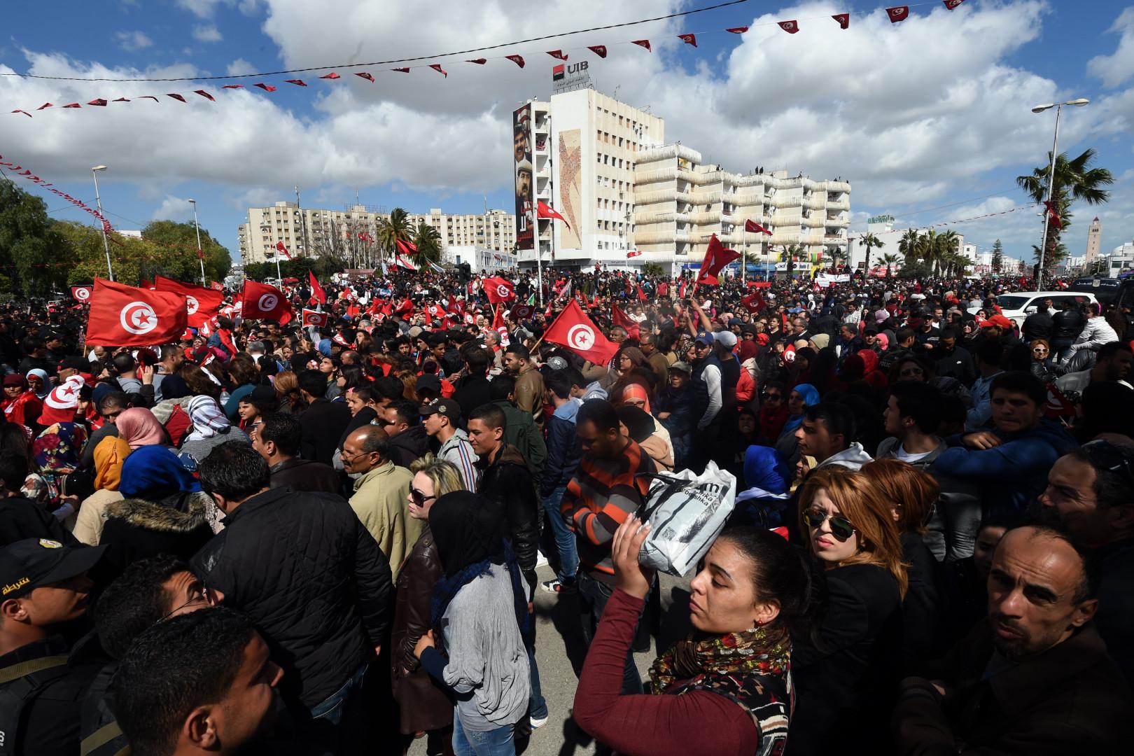 L'avenue Bardo, noire de monde, alors que des Tunisiens agite le drapeau du pays.