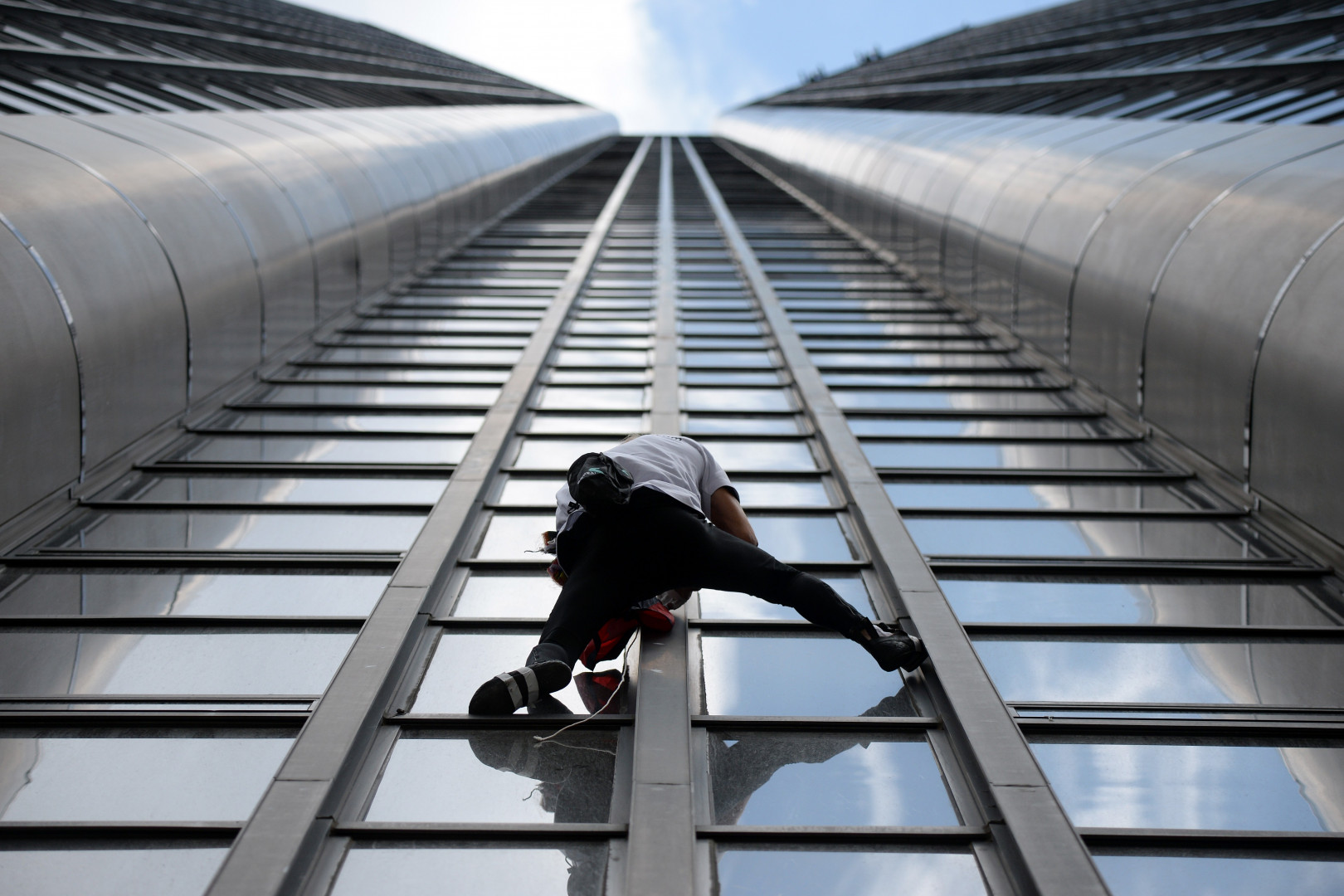 Alain Robert, l'homme-araignée français, entame pour la troisième fois en 20 ans l'ascension de la tour Montparnasse à Paris, le 28 avril 2015.