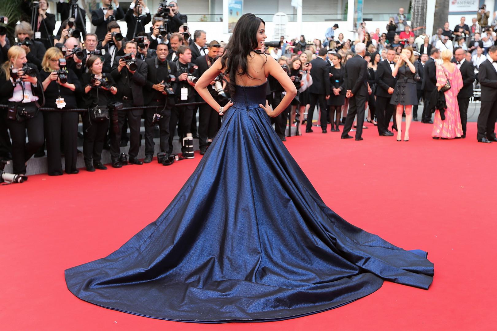 La mode des robes à longues traînées s'est poursuivie avec l'actrice indienne Mallika Sherawat