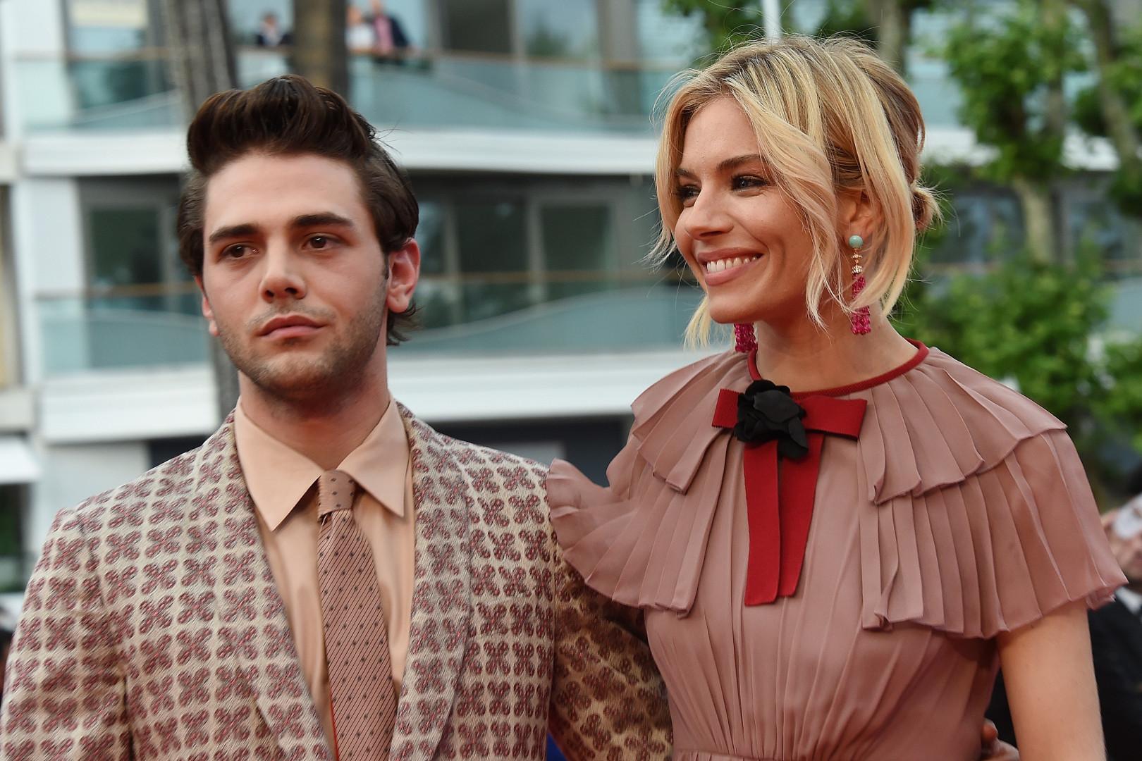 Le réalisateur Xavier Dolan avait l'air un peu fatigué aux côtés de Sienna Miller
