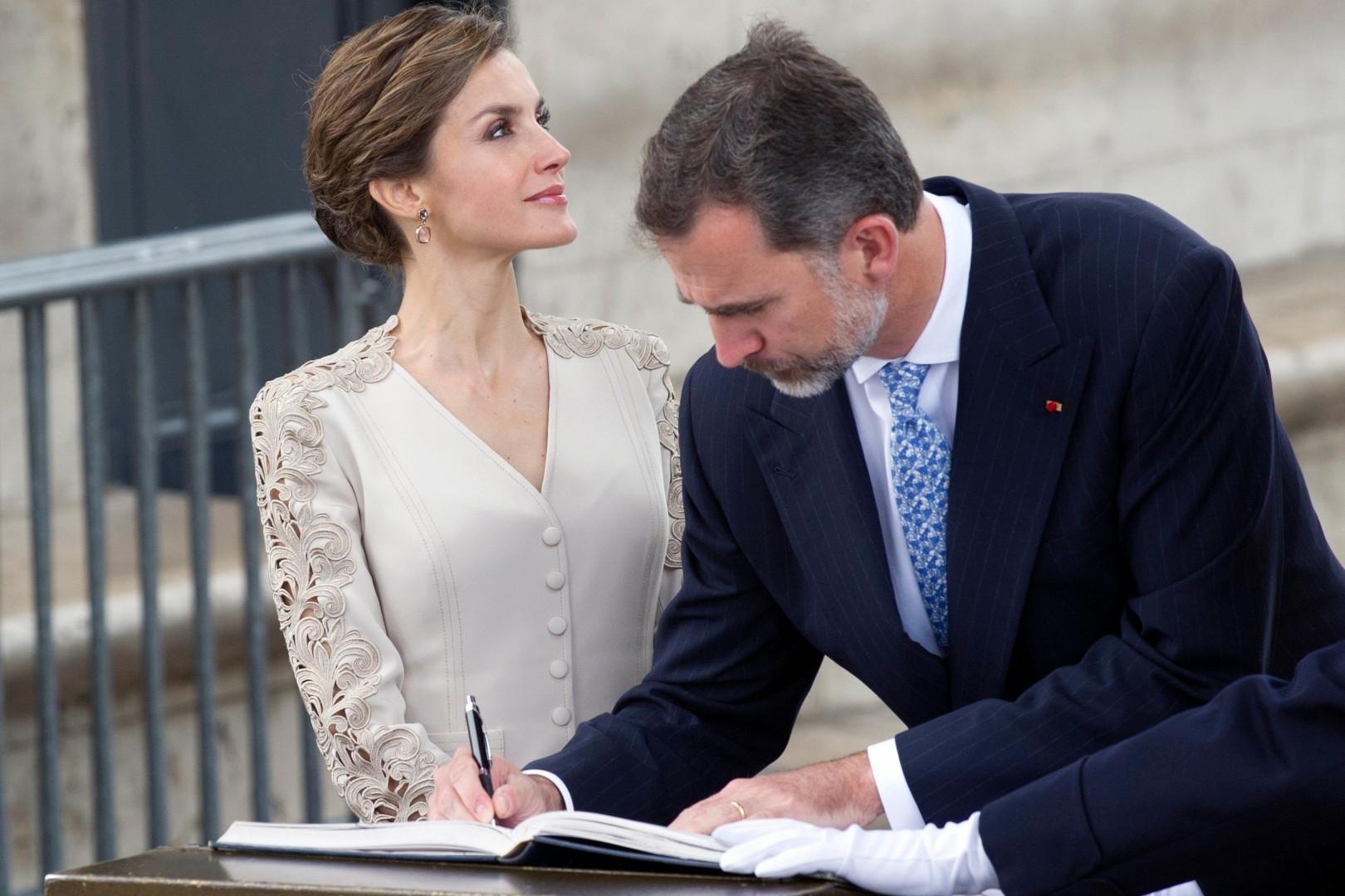 Letizia et Felipe d'Espagne signent un livre d'or