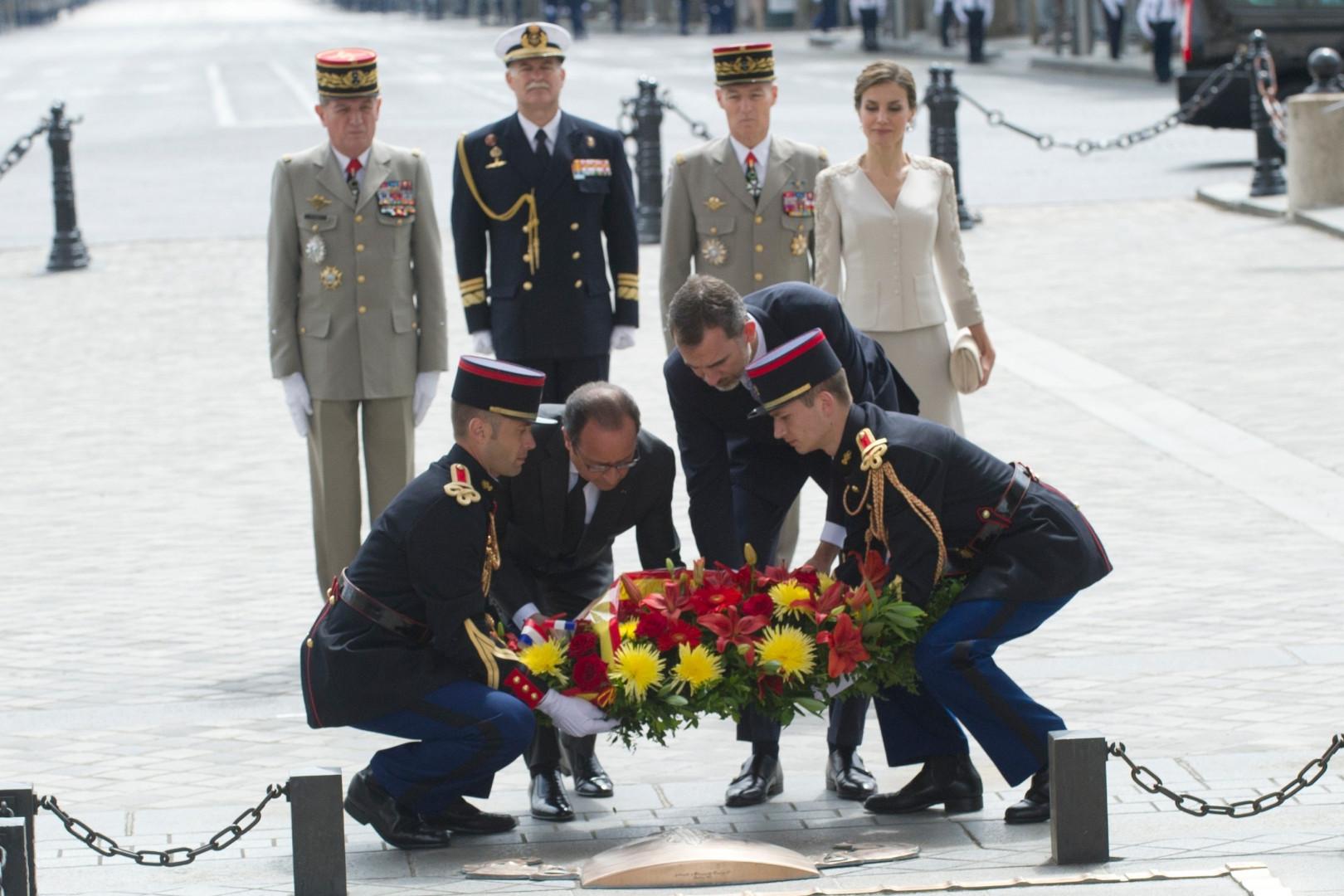 Felipe d'Espagne et François Hollande déposent une gerbe de fleurs devant l'Arc de Triomphe