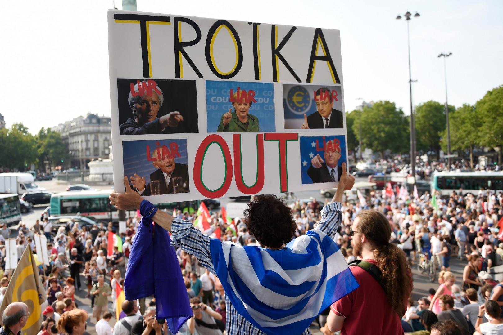 """""""So, so, so, Solidarité avec le peuple grec"""" clamaient les milliers de manifestants qui soutenaient la Grèce à Paris le 2 juillet 2015."""