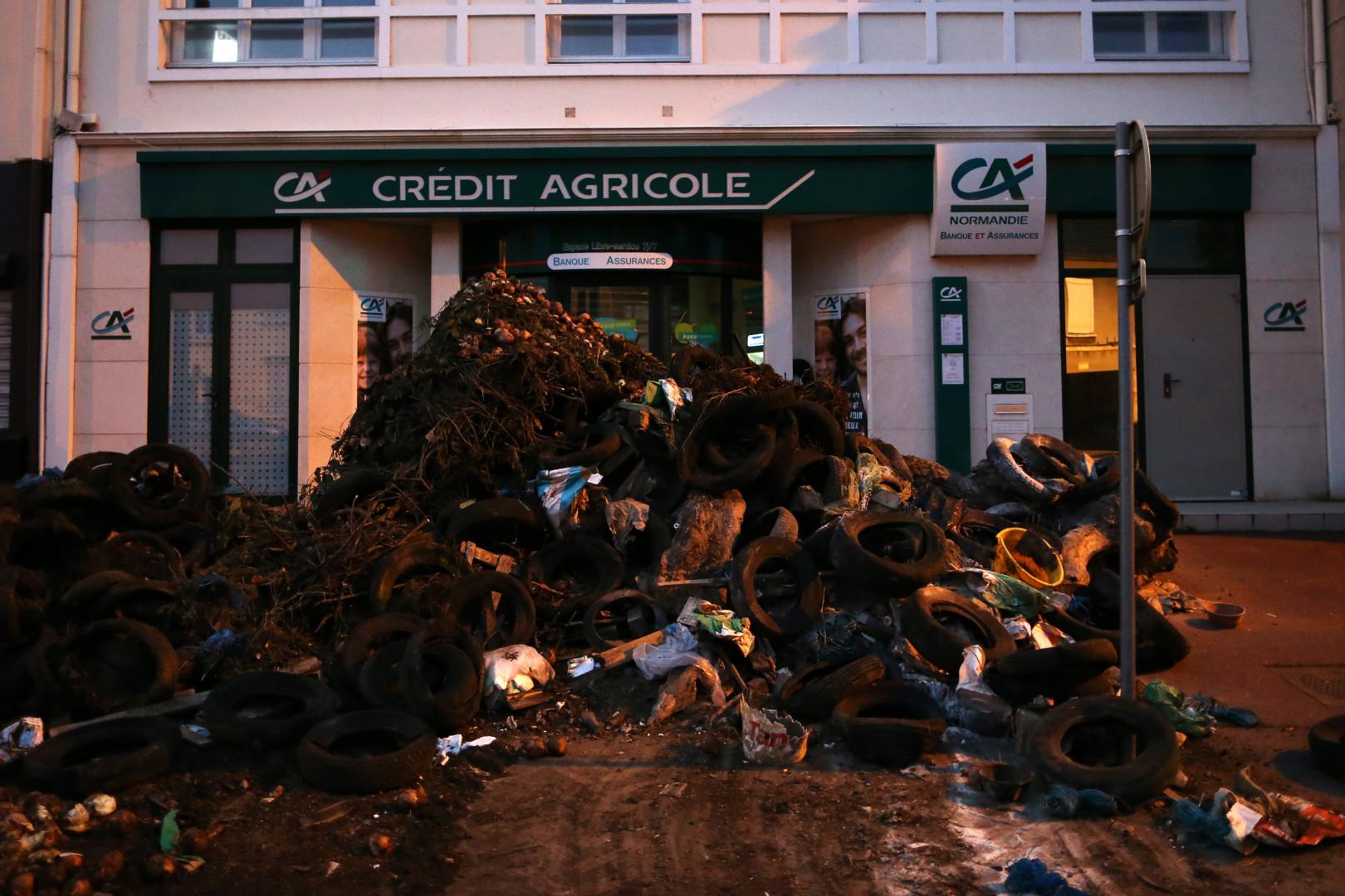 Les agriculteurs ont aussi déversé déchets et fumier