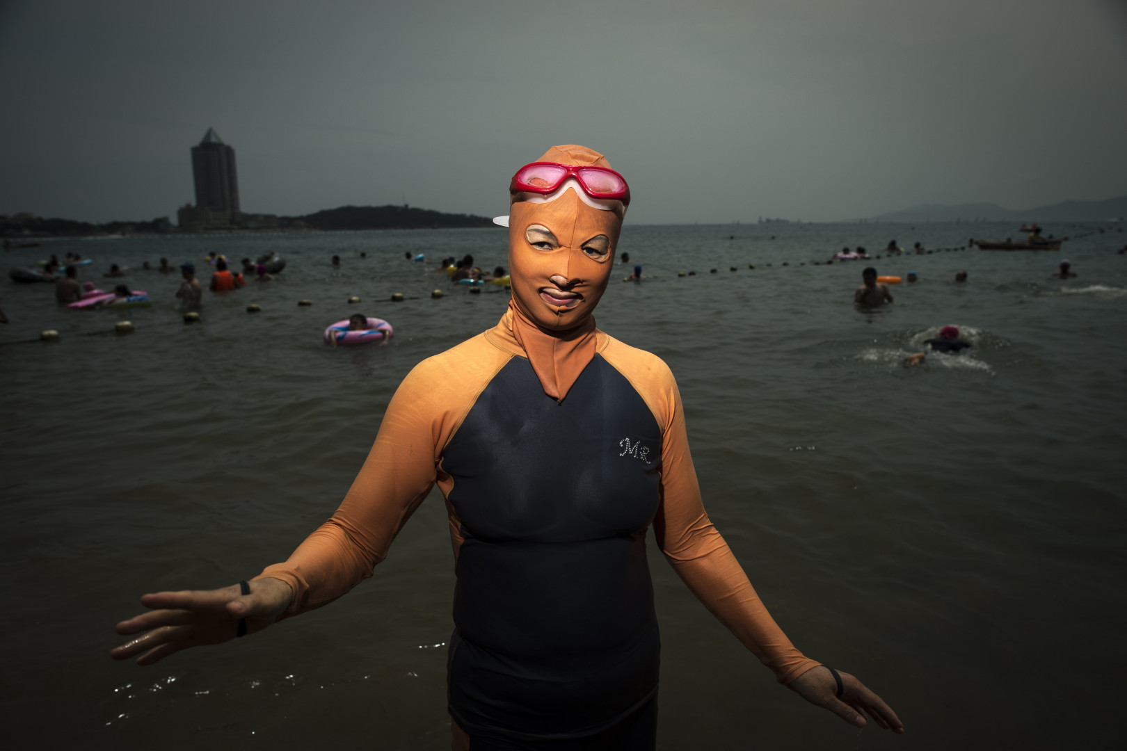 Une femme en face-kini sur une plage de Qingdao, le 24 juillet 2015.
