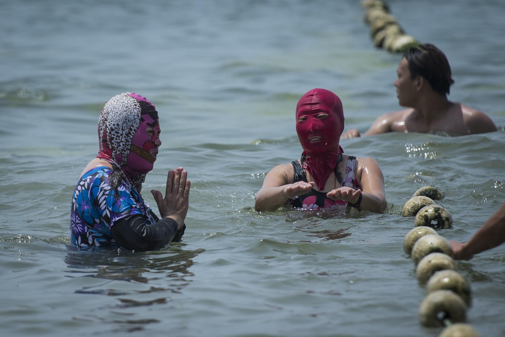 Le face-kini est évidemment étanche, pour pouvoir le garder durant la baignade. (le 24 juillet 2015, sur une plage de Qingdao)