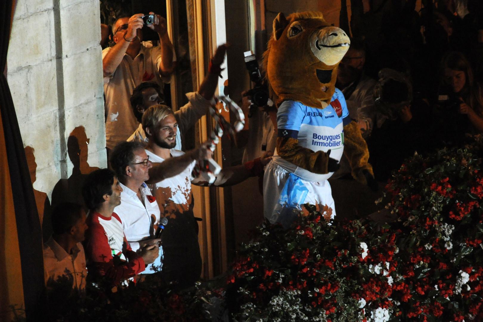 Pour ouvrir les festivités, les clés de la ville de Bayonne sont jetées dans la foule