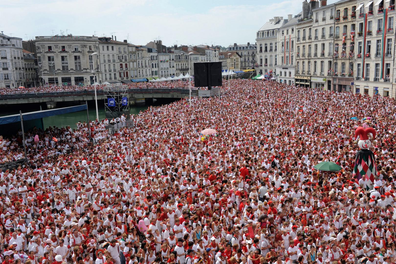 Les festivaliers s'habillent traditionnellement en blanc et rouge