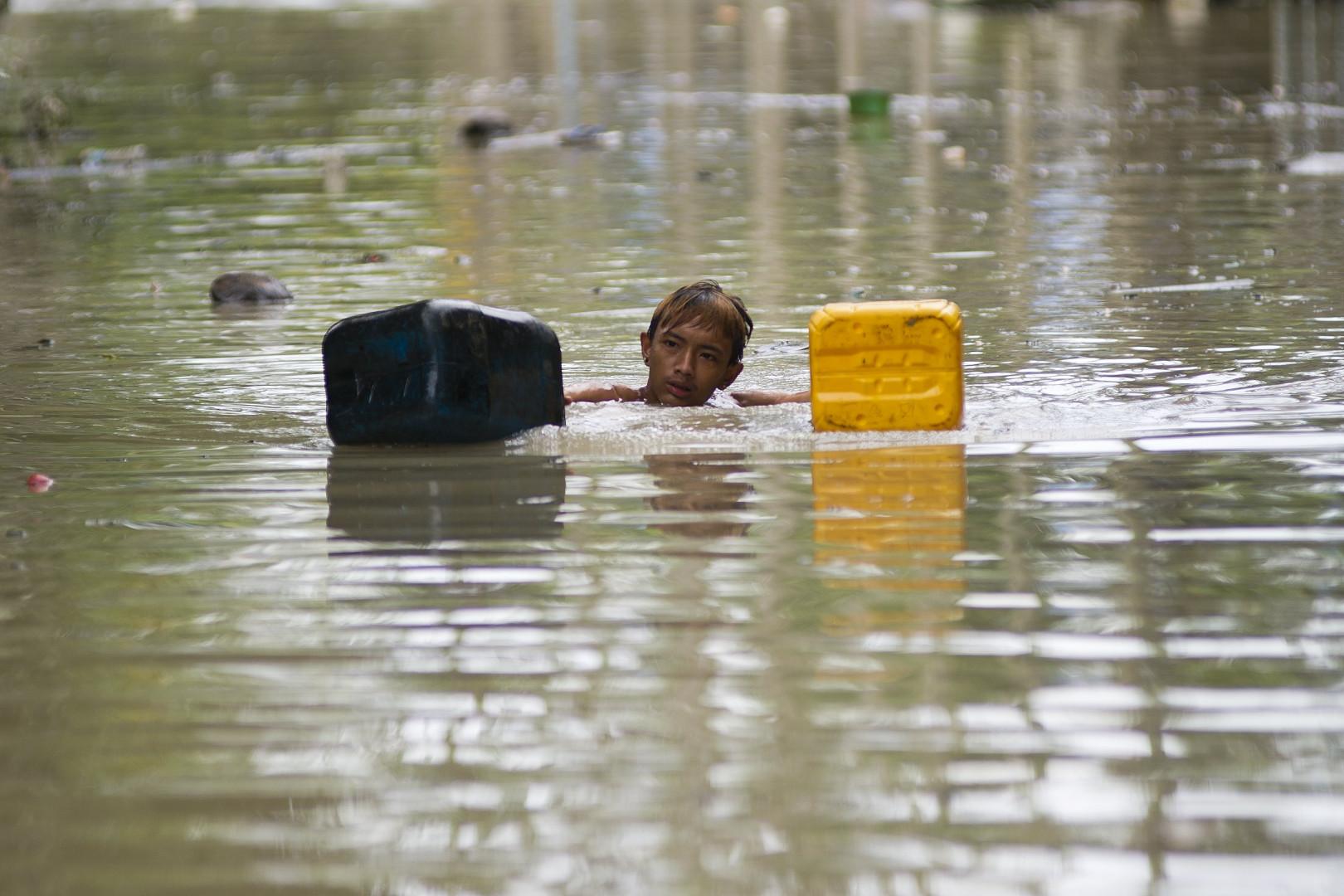 Les habitants sont contraints de chercher de l'eau et de la nourriture dans les décombres