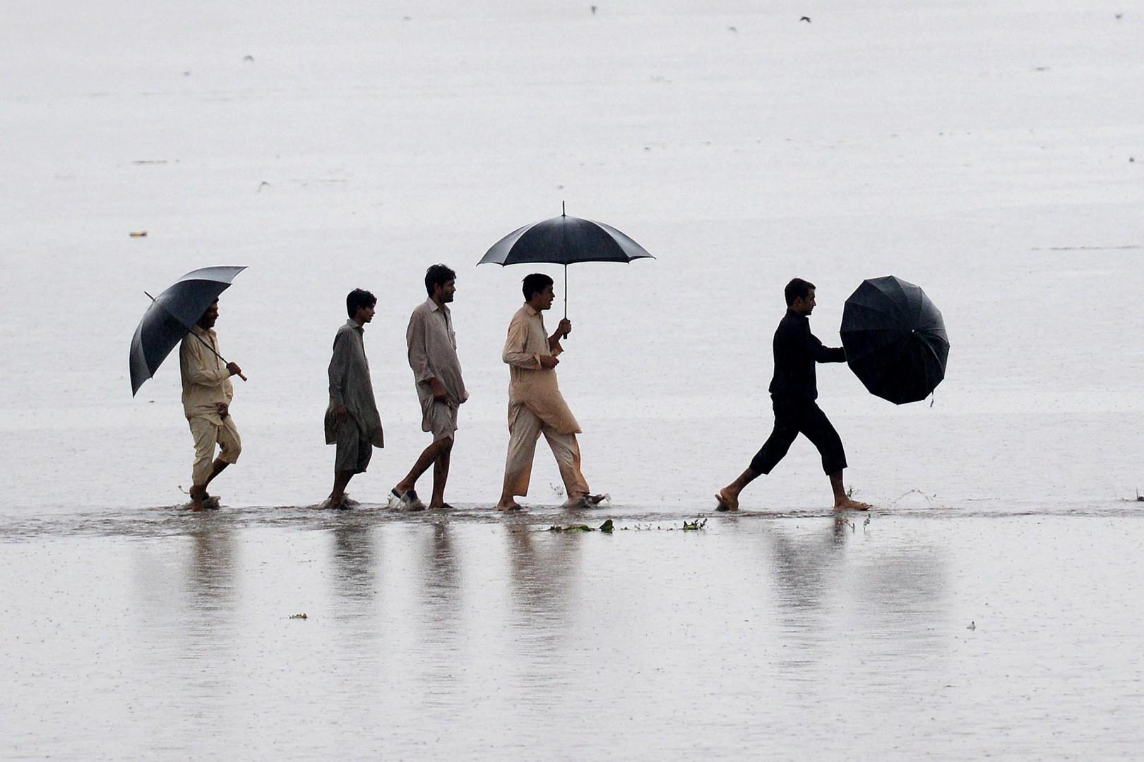 Les rues de Peshawar sont devenues de véritables rivières