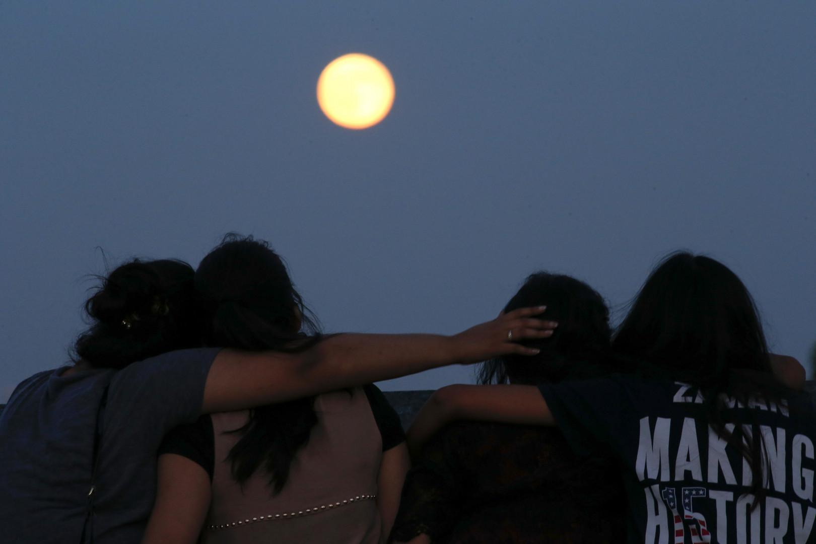 """Bon nombre de New-Yorkais se sont déplacés pour voir cette """"lune bleue"""""""