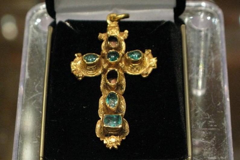 Un crucifix incrusté d'émeraudes, issu de la flotte échouée en 1715 s'est vendu pour 119 000 dollars à la maison d'enchères Guernsey's à New York le 6 juillet 2015.