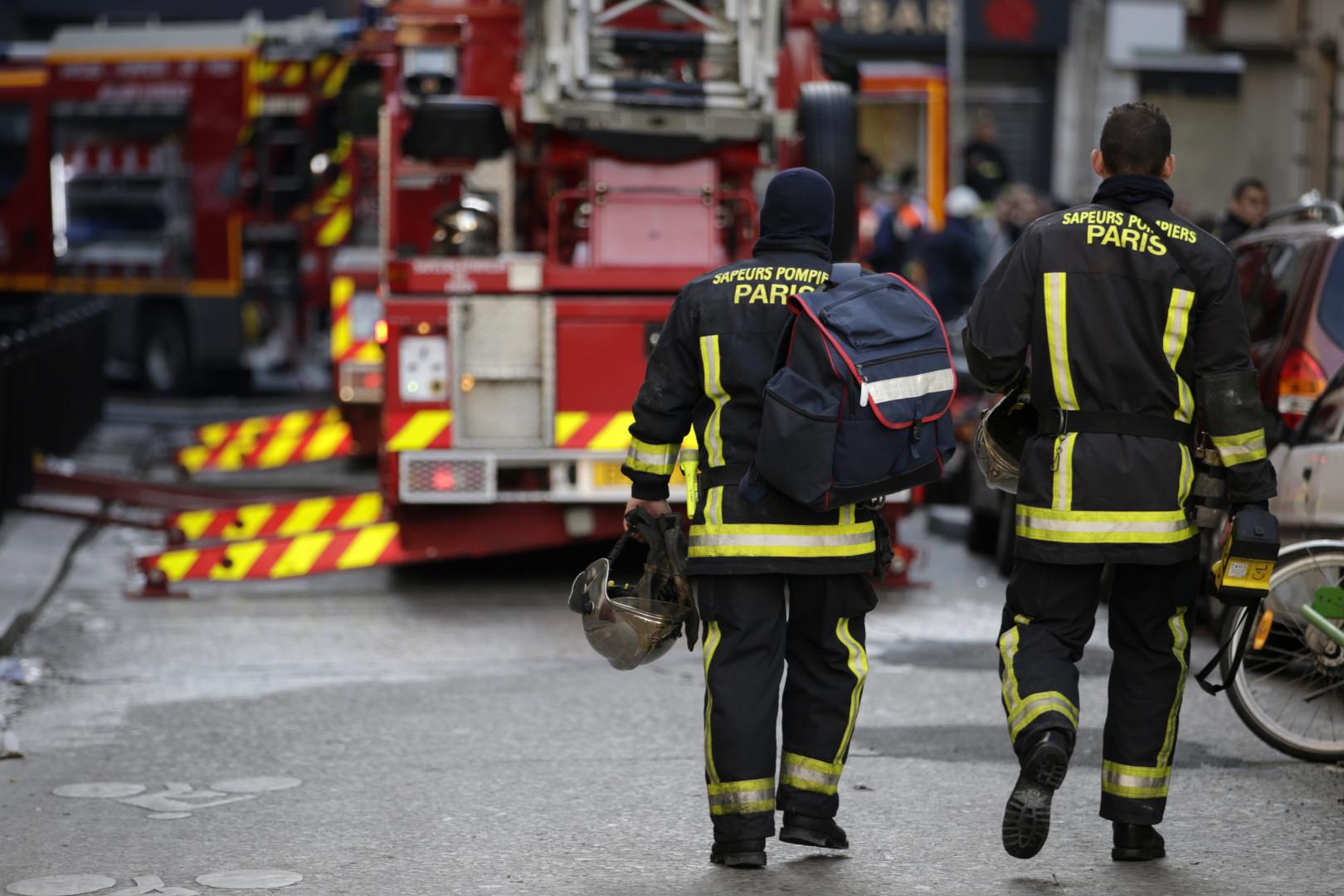 Des pompiers interviennent sur les lieux d'un incendie à Paris, mercredi 2 septembre 2015
