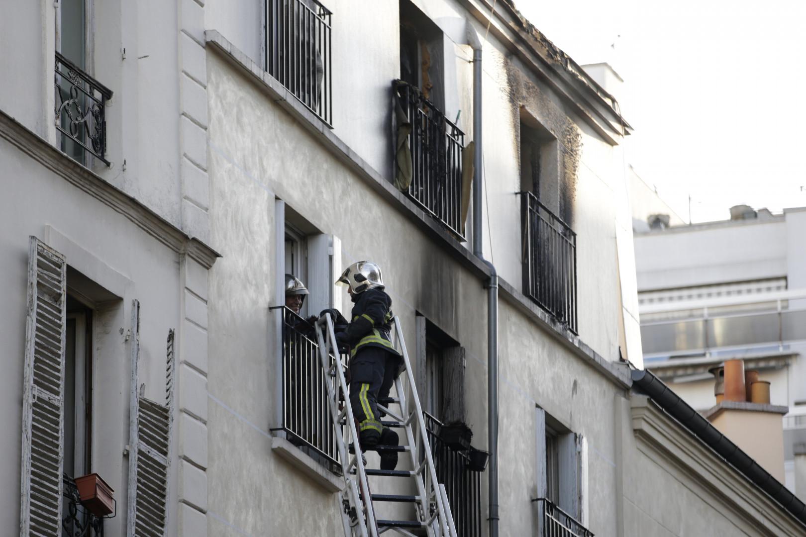 Un pompier intervient sur les lieux d'un incendie à Paris, mercredi 2 septembre 2015