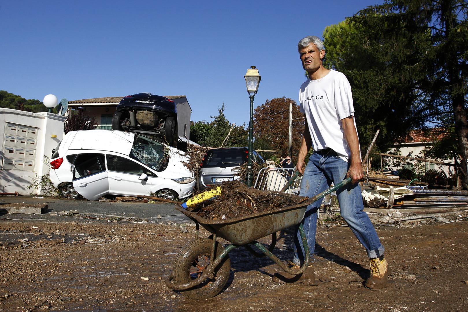 C'est l'heure de déblayer les rues jonchées de déchets