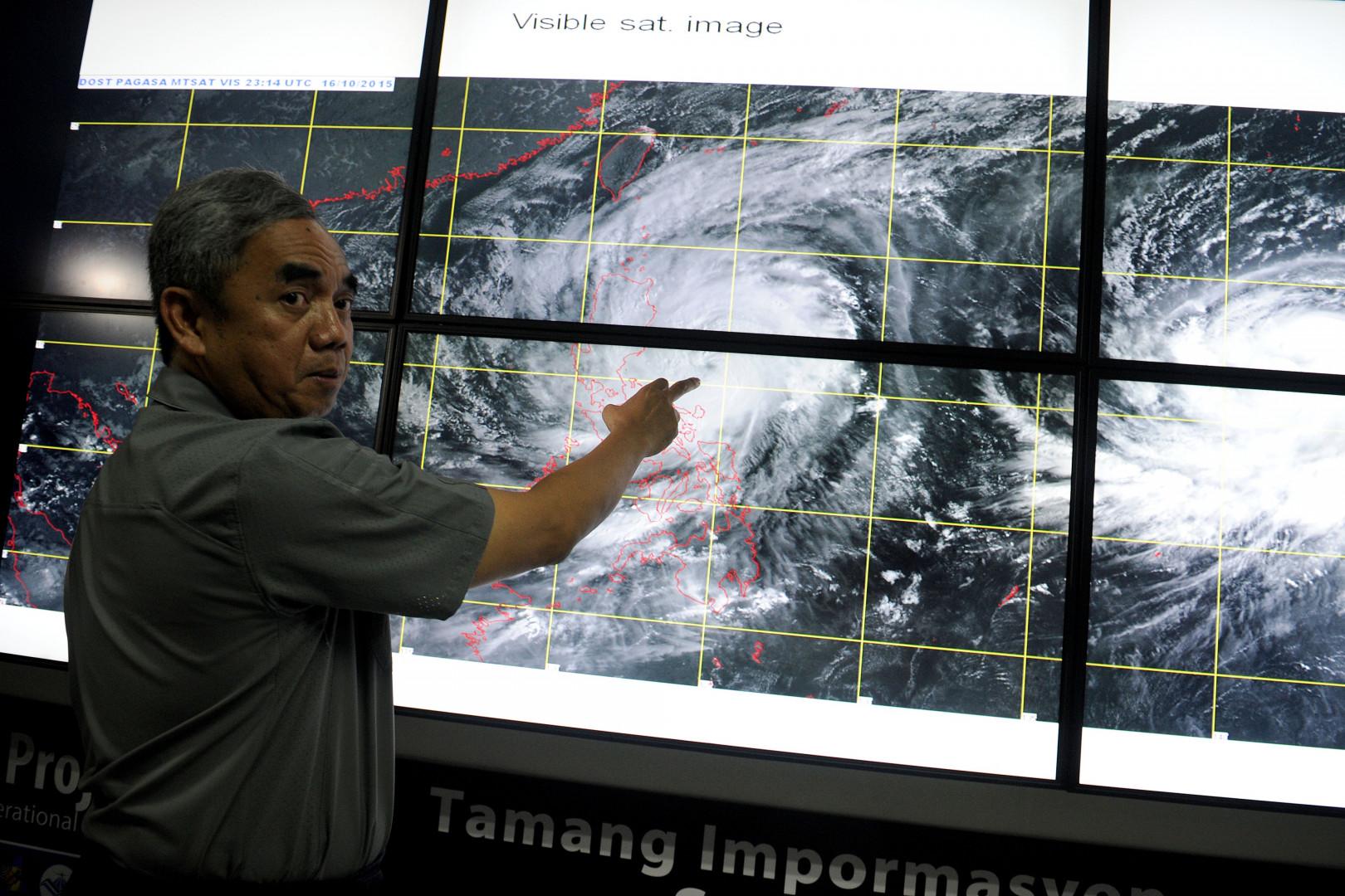 L'expert philippin Alexander Pama fait un exposé sur le typhon Koppu, le 17 Octobre 2015.