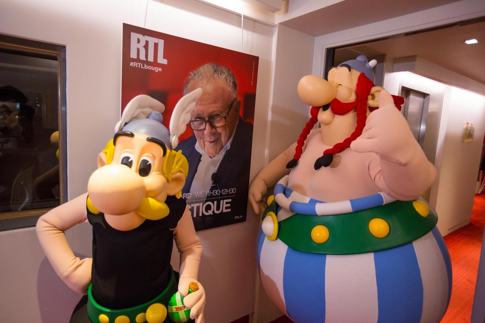 Astérix et Obélix dans les locaux de RTL, sous le regard de Philippe Bouvard