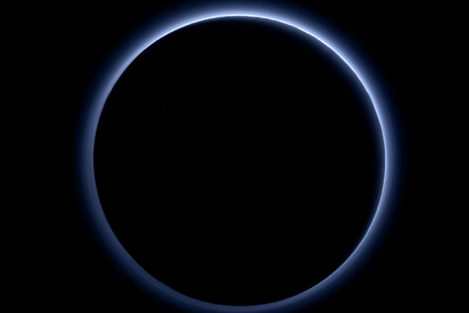 Pluton et la lumière bleue de son soleil mis en lumière par la sonde New Horizons en octobre