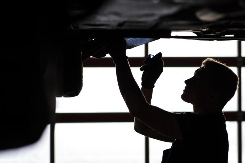 Un garagiste révise une automobile
