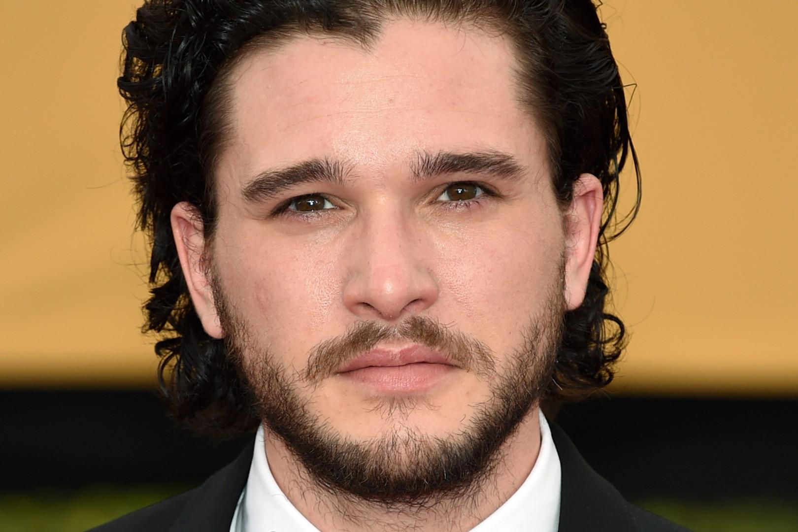 """Kit Harington, le célèbre John Snow de """"Game of Thrones"""" va troquer ses habits de fourrure pour le nouveau film de Xavier Dolan"""