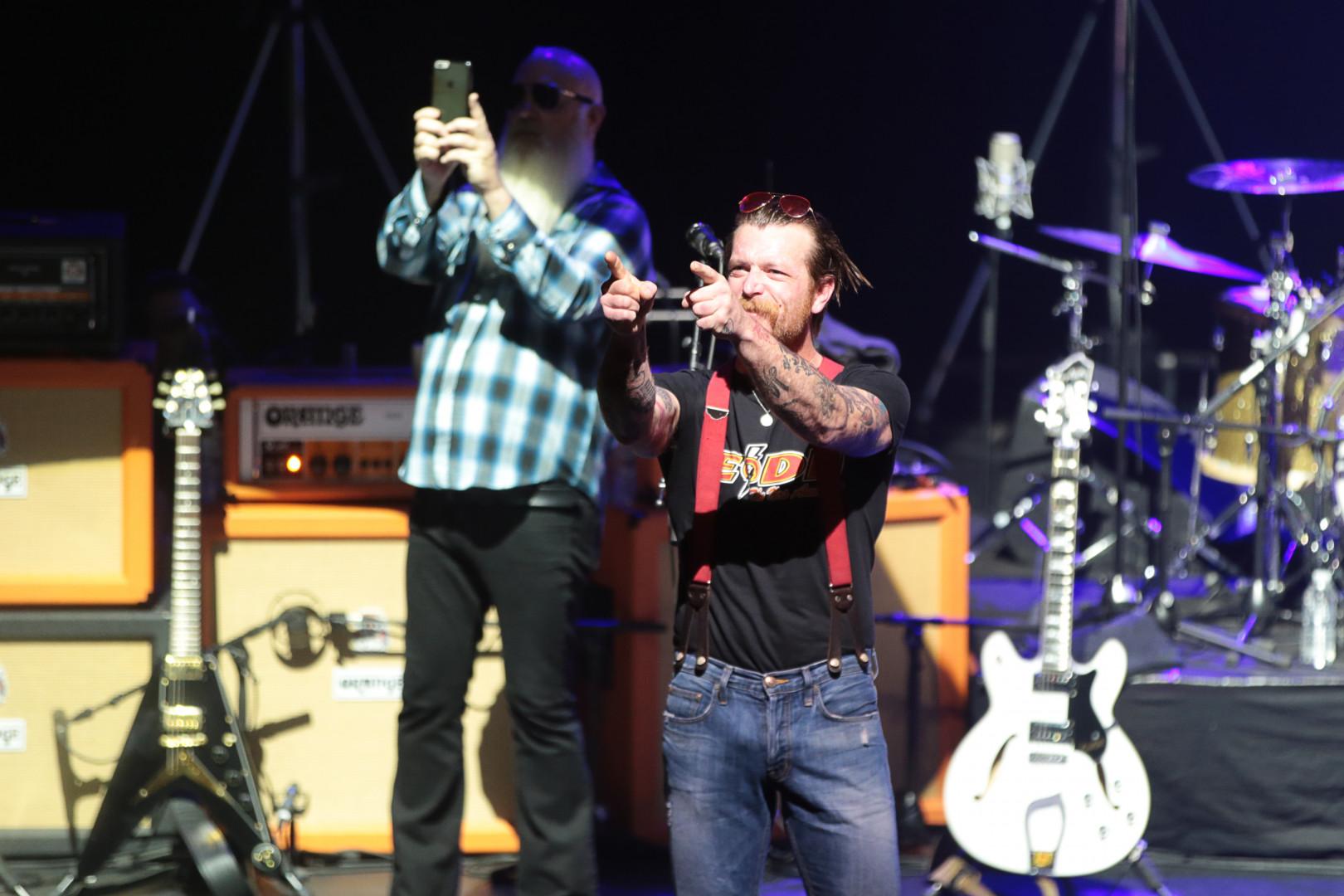 """Eagles of Death Metal ont réintitulé leur tournée """"Nos Amis"""""""