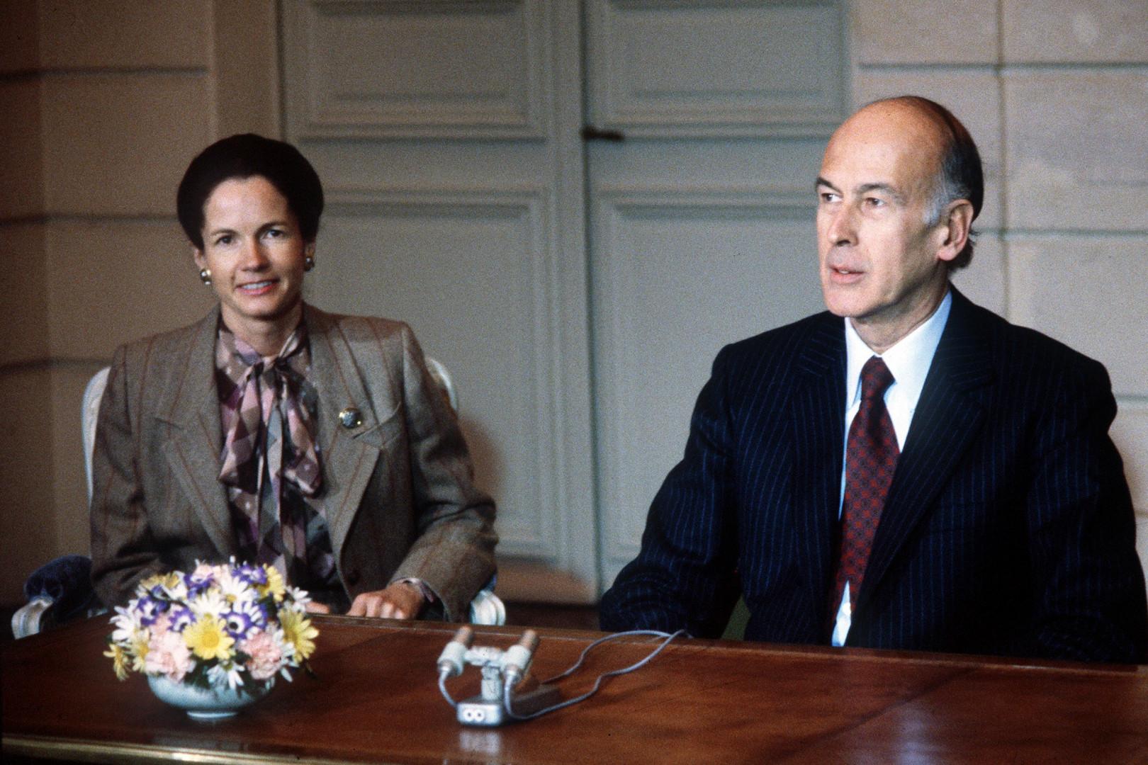 Le président de la République Valéry Giscard d'Estaing annonce le 03 mars 1981 à Paris, sous le regard de sa femme Anne-Aymone, sa candidature au deuxième septennat.